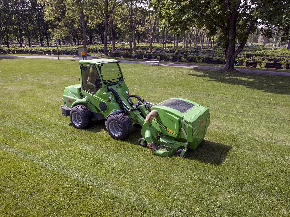 Avant 760 med redskapet gräsklippare med uppsalmare